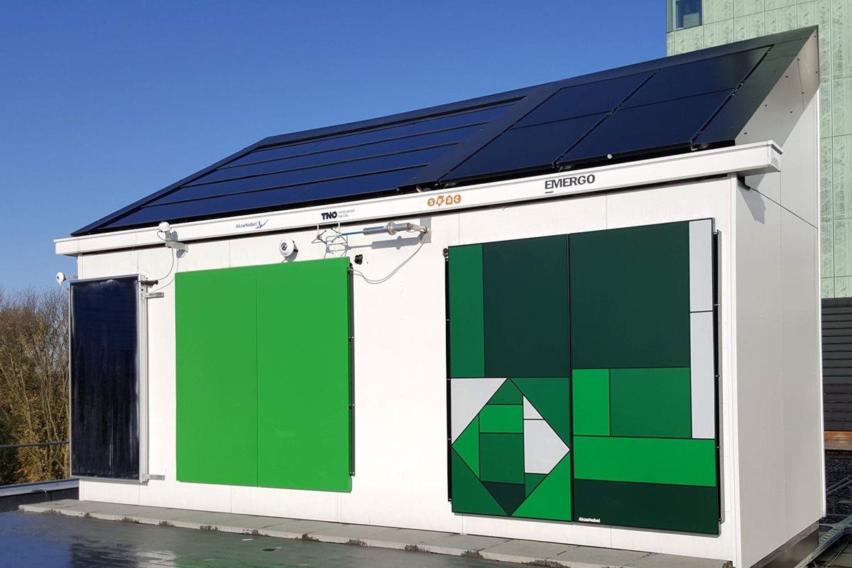 Wärmeabsorbierende Fassadenfarbe heizt und kühlt Gebäude